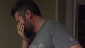 Hij keek naar zijn dochtertje en moest wegkijken. Zie wat hem zo choqueerde!