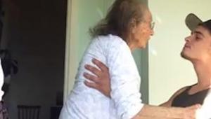 Een jonge man zorgt voor zijn zieke oma. Zie wat er gebeurt als hij de radio aan