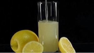 Je hoeft maar 1 ingrediënt toe te voegen aan citroenwater om hoofdpijn te verhel