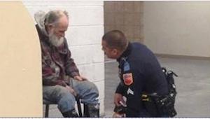 Een politieagent moest de dakloze uit de winkel escorteren. Maar wat hij deed is