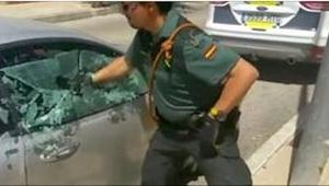 Een politie-agent sloeg een autoruit in om een hond te redden. Bekijk wat er enk