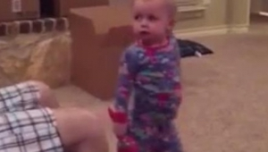 Deze vader steelt het speelgoed van zijn dochter keer op keer. Haar reactie uite