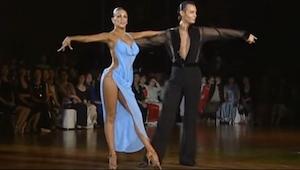 Zelfs de juryleden konden hun ogen niet van haar jurk houden!