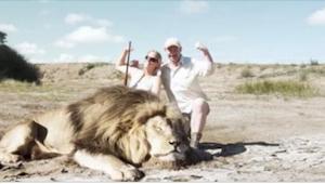 Ze hadden een leeuw gedood en poseren glimlachend voor een trofee-foto. Wat er a