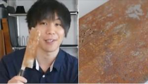 Hij reinigt en poetst een roestig mes, dat hij gekocht heeft voor $ 3, maar wat