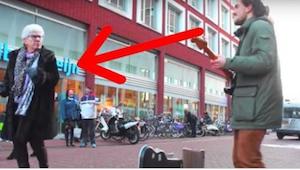 Deze straatmuzikant begint zijn optreden en vervolgens steelt een oude dame de s