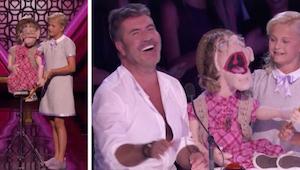 De 12-jarige buikspreker verschijnt op het podium en haar pop kiest iemand van d