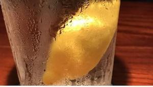 Lees waarom water met citroen bestellen een heel slecht idee is... Ik ga het noo