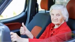 Een politieagent hield een auto aan met vijf oude dames erin. Even later kon de
