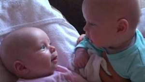 Deze video is het bewijs dat tweelingen hun eigen wereld hebben... onder andere