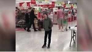Zoals deze 10-jarige met autisme zong in de supermarkt, hadden mensen nog zelden