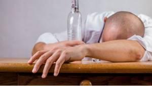 Een dronken man komt thuis na een borrel op het werk. De reactie van zijn vrouw