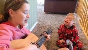 Een 2-jarige met downsyndroom kan nauwelijks praten, maar wanneer zijn zusje beg