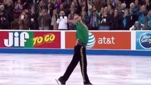 Een kunstrijder doet Riverdance op het ijs en krijgt een staande ovatie!