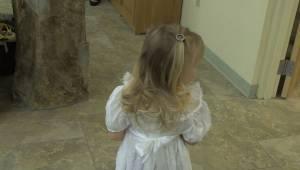 Een zenuwachtig meisje was bang om de kerk binnen te gaan met bloemen. Toen kwam